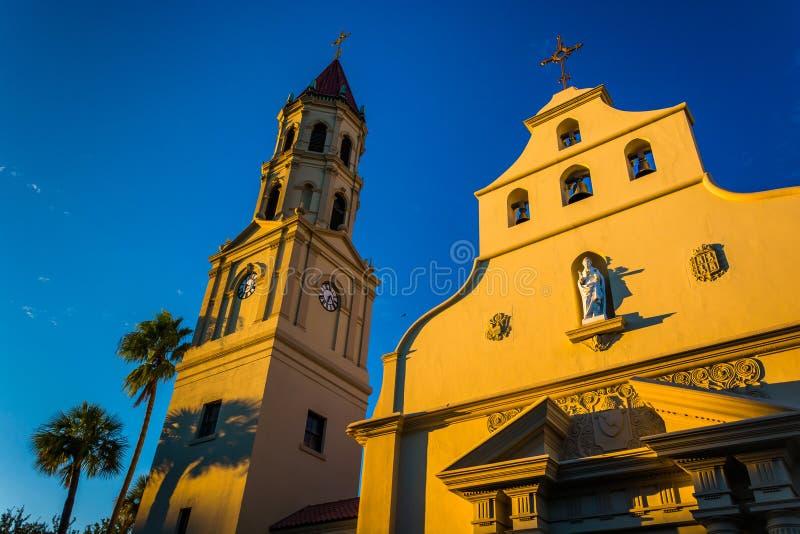 在大教堂大教堂的晚上光在圣奥斯丁,小花 库存图片