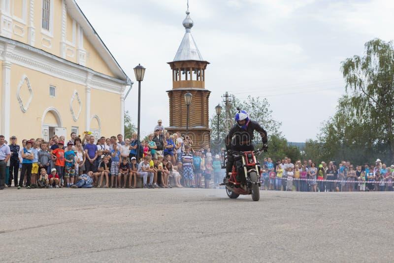 在大教堂广场的摩托车展示在Verkhovazhye,沃洛格达州地区,俄罗斯 免版税库存图片
