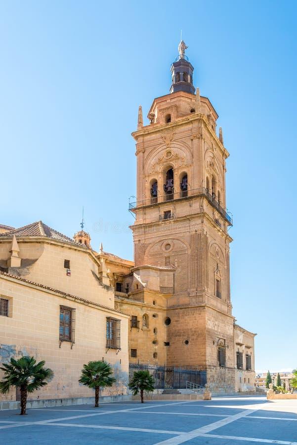 在大教堂钟楼的看法在瓜迪克斯,西班牙 免版税库存照片