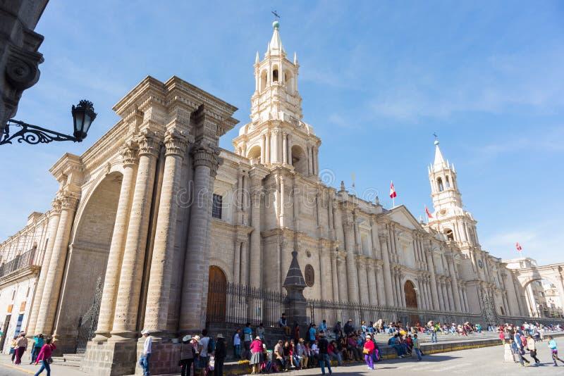 在大教堂附近的人们在阿雷基帕,秘鲁