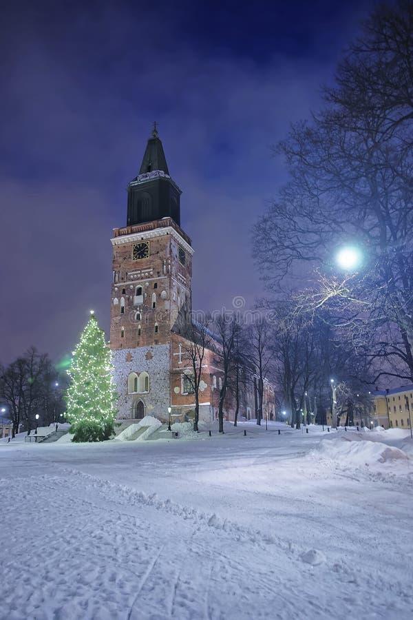 在大教堂附近的圣诞树在图尔库在芬兰 免版税库存照片