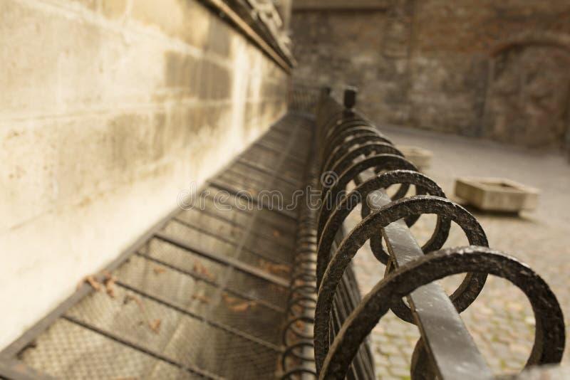 在大教堂附近的金属篱芭在利沃夫州 免版税库存图片