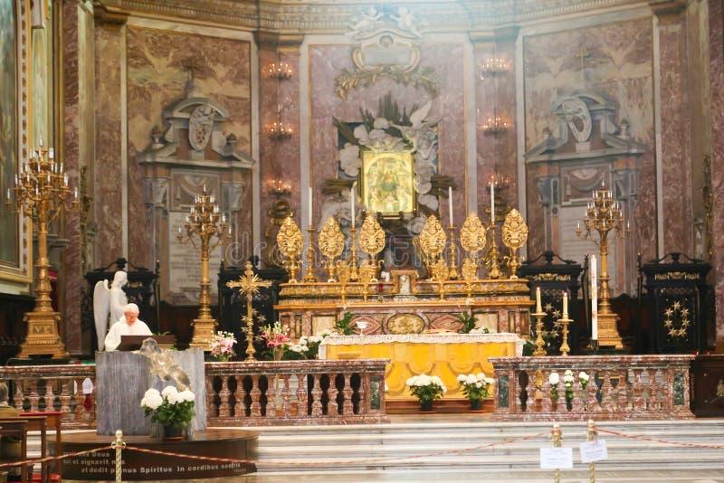 在大教堂-意大利里面的法坛 库存照片