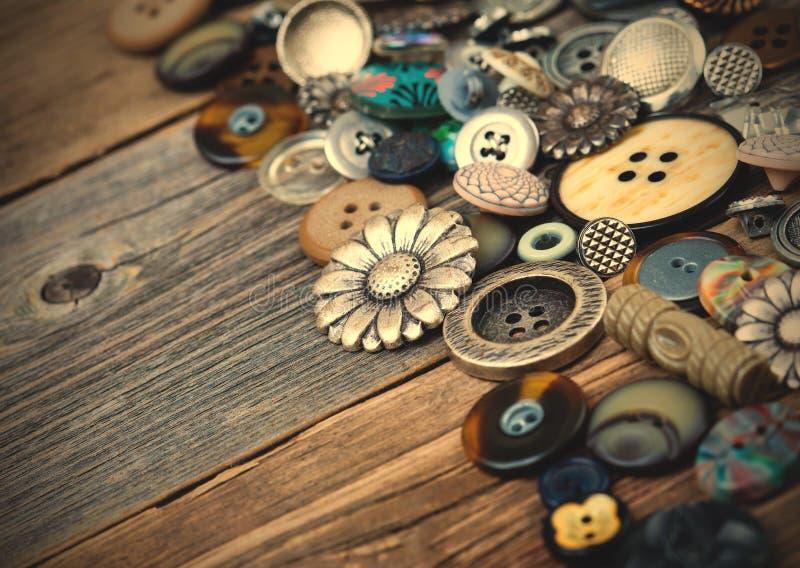 在大数的老按钮在年迈的木板驱散了 图库摄影