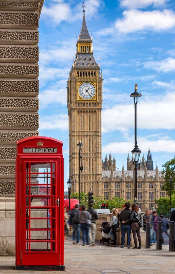在大本钟前面的红色电话亭在伦敦,英国 免版税库存图片