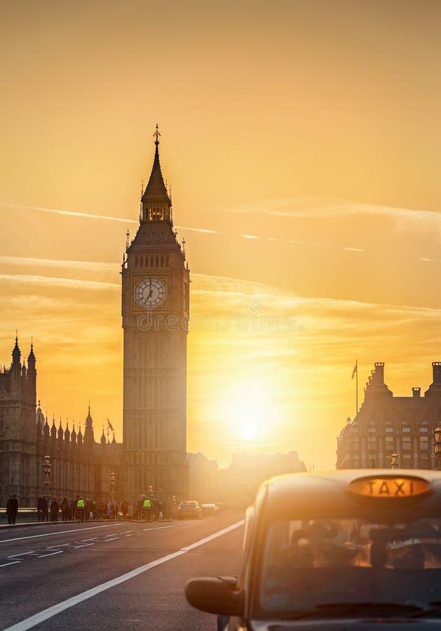 在大本钟后的日落在伦敦,英国 免版税库存照片