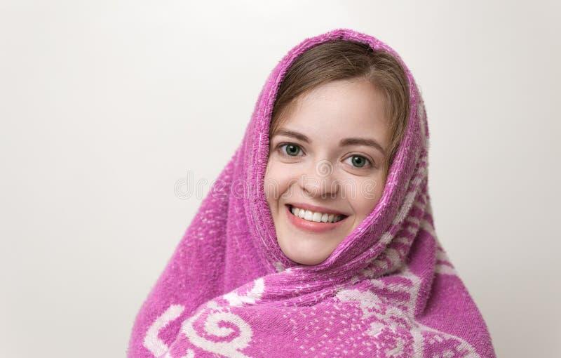 在大毛巾和湿头发包裹的画象微笑的女孩 在阵雨、浴或者游泳场以后 库存图片