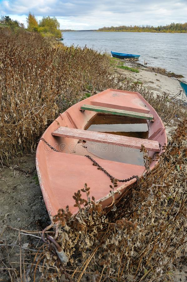在大河的河岸的小船 库存图片