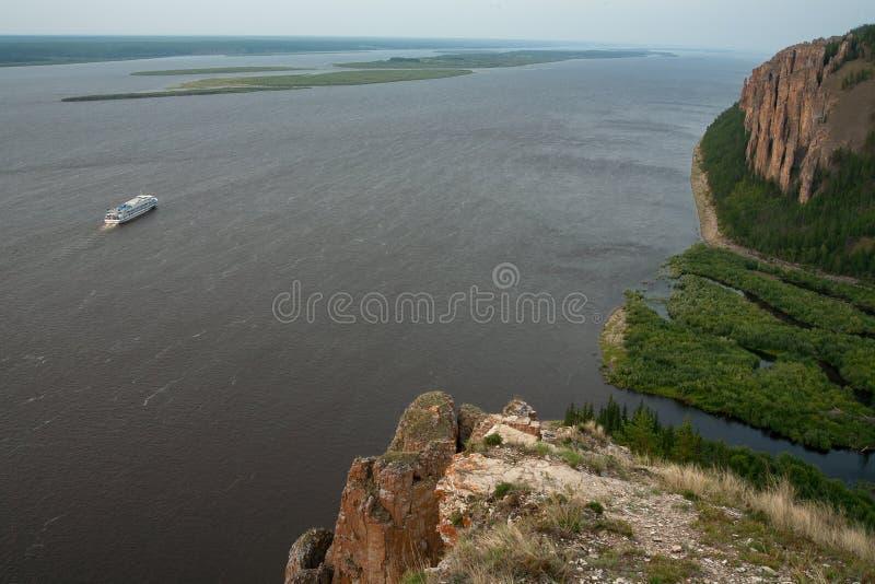 在大河的高和岩石岸 库存照片