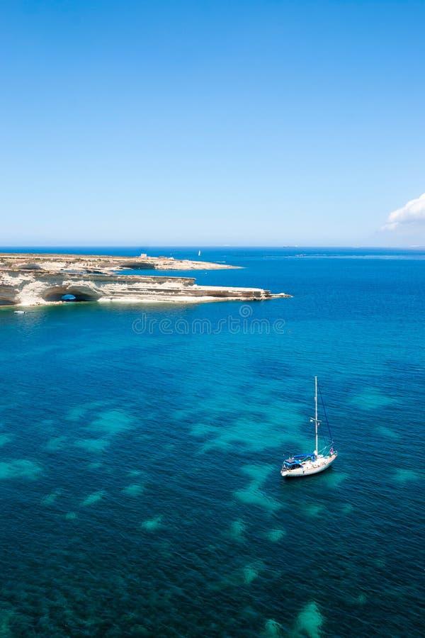 在大海海湾的帆船 免版税库存照片