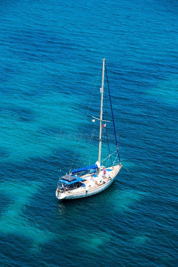 在大海海湾的帆船 库存照片