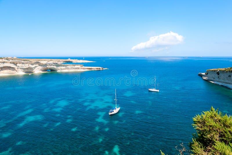 在大海海湾的帆船 免版税图库摄影