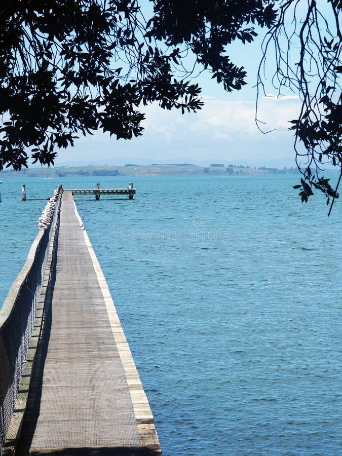在大海的一个长的码头 图库摄影