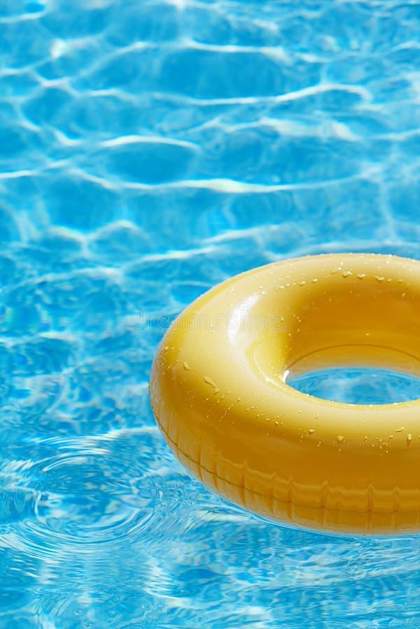 在大海swimpool的浮动圆环与波浪反射 库存图片