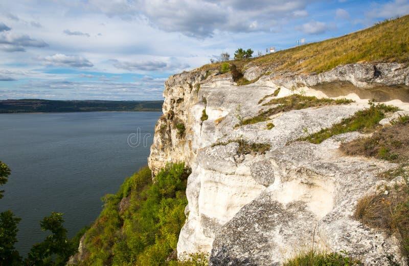 在大湖的白色岩石 库存照片