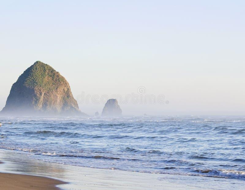 在大炮海滩,俄勒冈,美国的干草堆岩石 库存图片