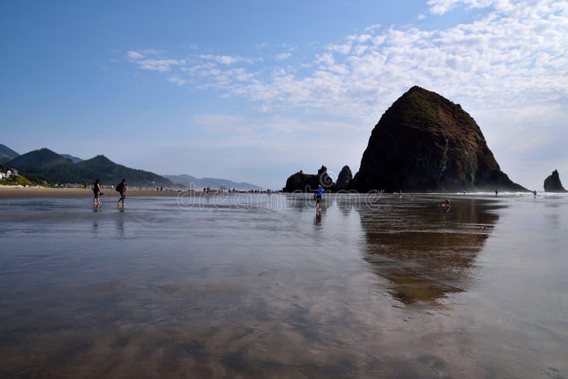 在大炮海滩的干草堆岩石 免版税库存图片