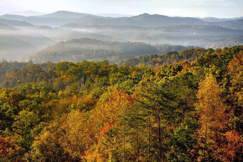 在大烟山的日出秋天颜色峰顶的  免版税库存照片
