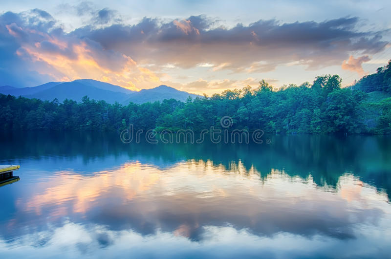 在大烟雾弥漫的山脉北卡罗来纳的湖santeetlah 免版税库存图片