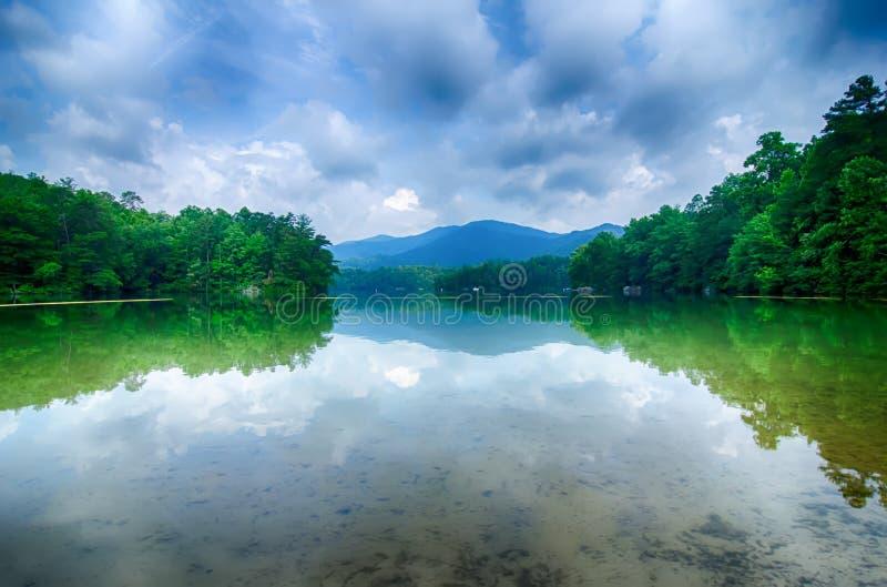 在大烟雾弥漫的山脉北卡罗来纳的湖santeetlah 免版税图库摄影