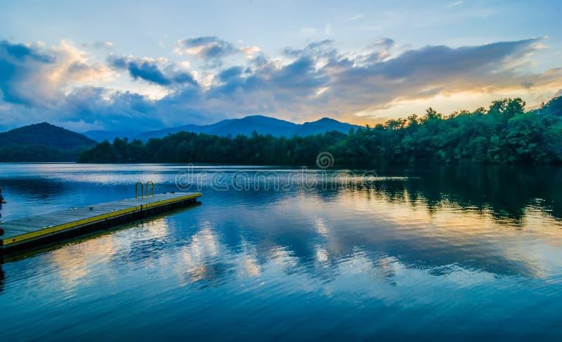 在大烟雾弥漫的山脉北卡罗来纳的湖santeetlah 库存图片