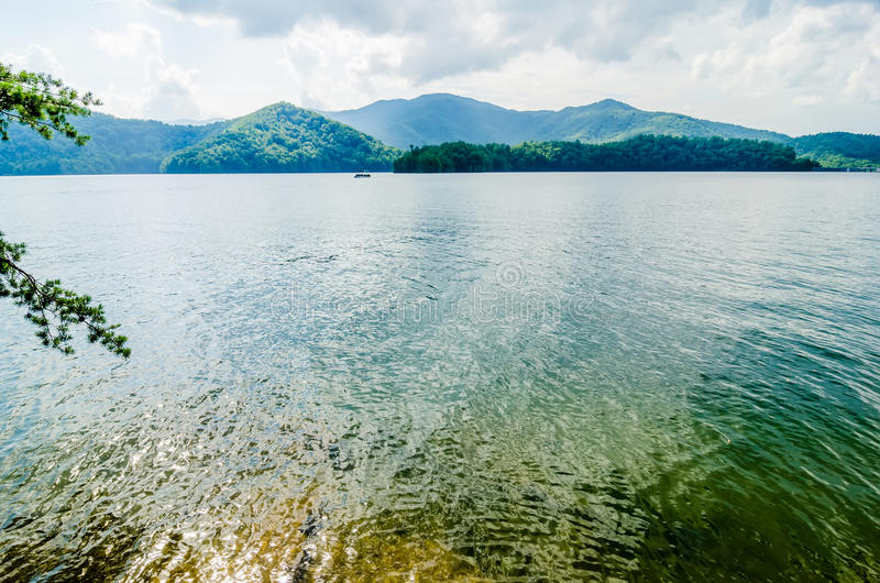 在大烟雾弥漫的山脉nc的湖santeetlah 库存图片