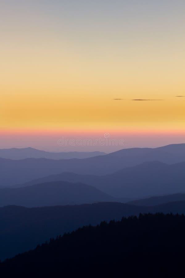 在大烟雾弥漫的山脉NP的日落 库存图片
