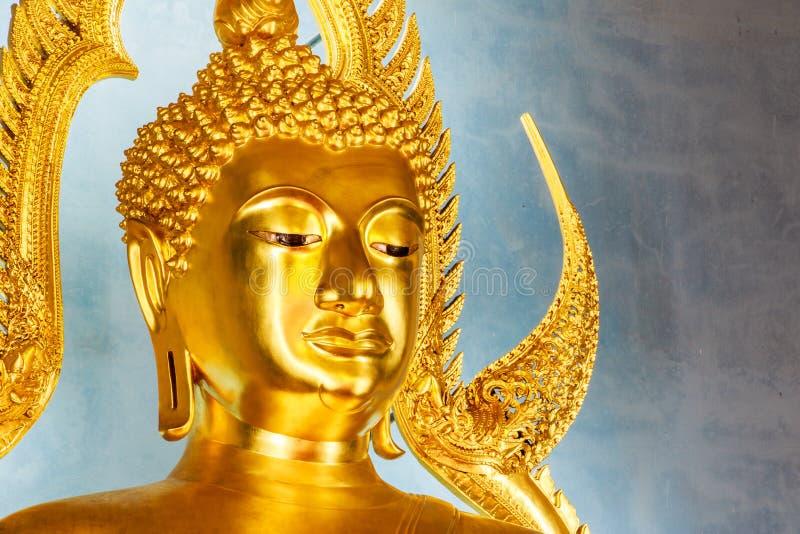 在大理石寺庙或Wat Benchamabophit的金黄菩萨雕象 库存照片
