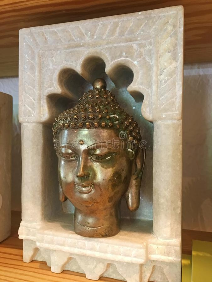 在大理石显示的古铜色菩萨头 免版税库存图片