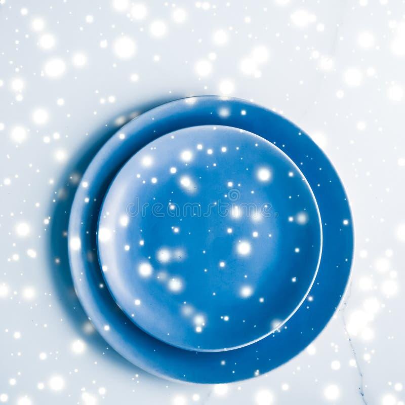 在大理石桌flatlay背景,假日晚餐的碗筷装饰的蓝色空的板材及时圣诞节打过工 免版税图库摄影
