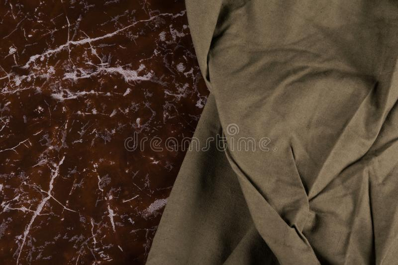 在大理石棕色平板说谎军事海角,特写镜头 免版税库存照片