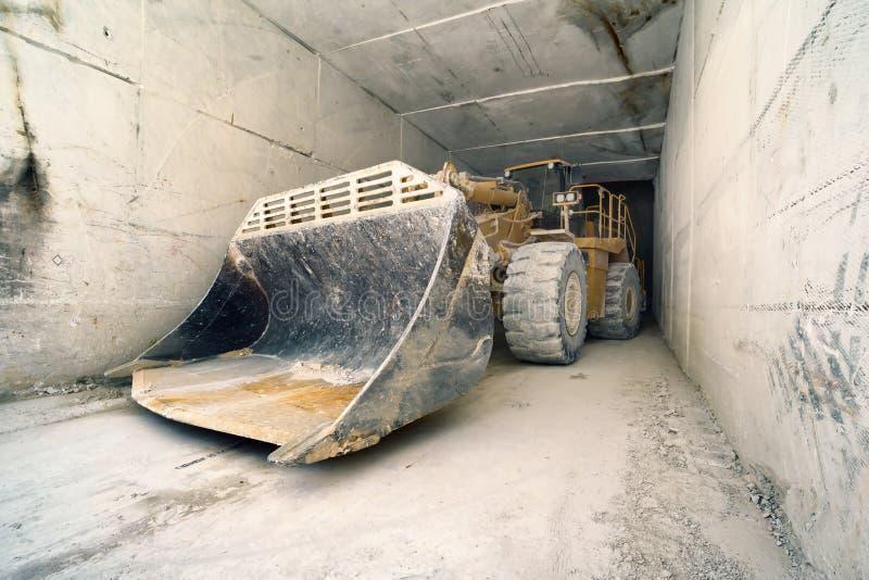 在大理石隧道,卡拉拉,意大利的大推土机 免版税库存图片