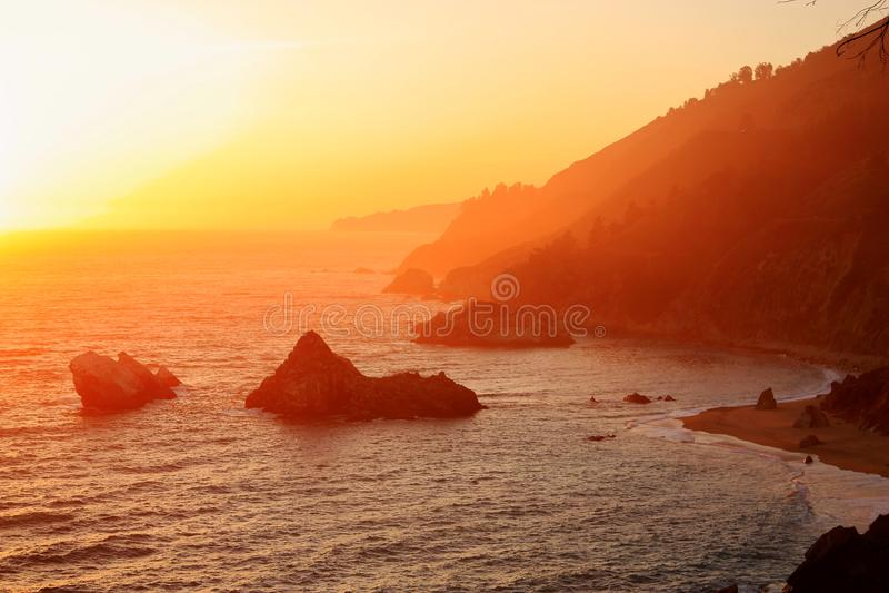 在大瑟尔海岸,茱莉亚普法伊费尔烧伤国家公园,加利福尼亚的日落 库存照片