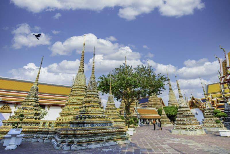 在大皇宫内的佛寺或翡翠佛寺的金塔游客 免版税库存图片