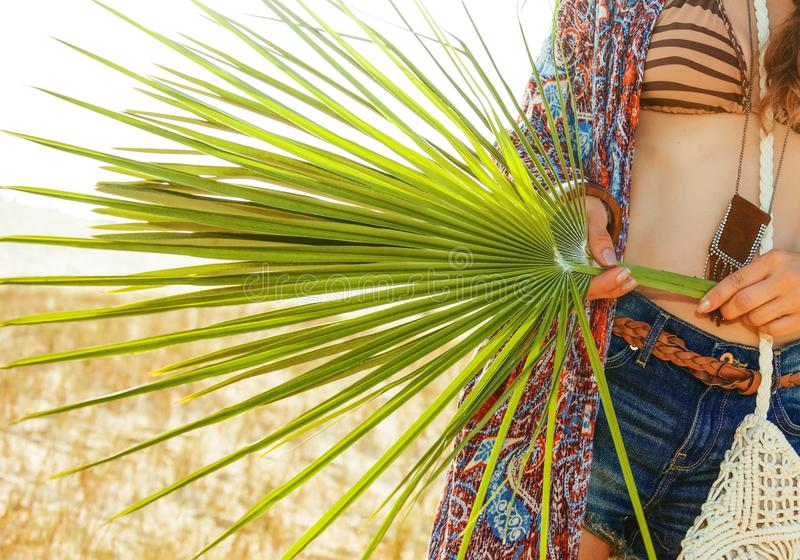 在大绿色热带叶子的特写镜头在手中漂泊别致 免版税图库摄影