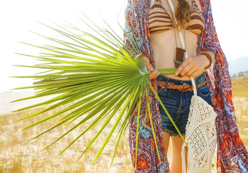 在大绿色热带叶子的特写镜头在手中漂泊别致 库存照片