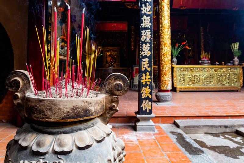 在大花瓶的紫色和黄色香火棍子在Ong好的妙语塔Nhi Phu Mieu,Cho Lon胡志明市,越南 免版税库存图片