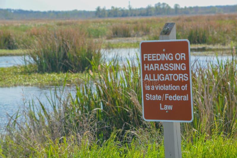 在大草原全国野生生物保护区在哈迪维尔,碧玉Coun的鳄鱼警报信号 免版税库存照片