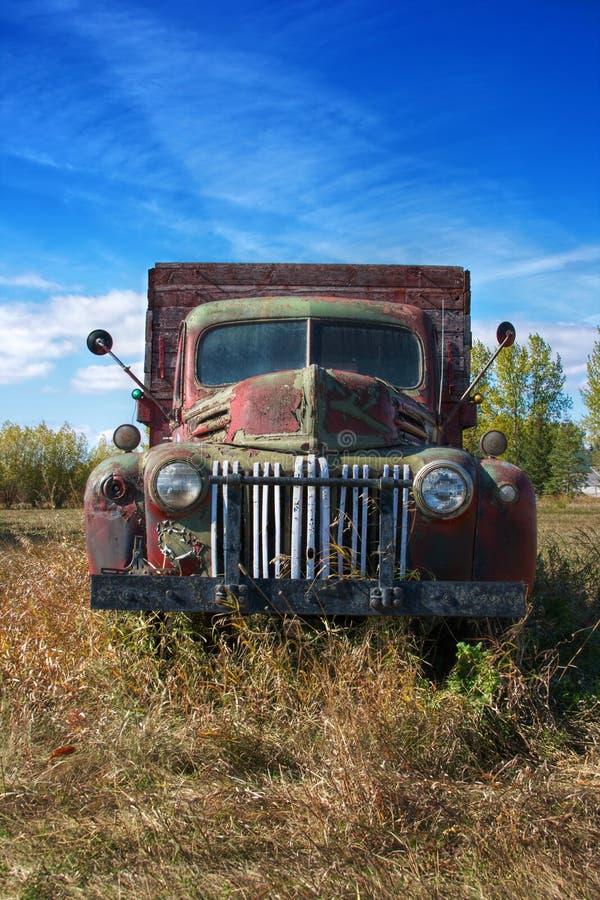 在大草原的葡萄酒卡车 库存照片