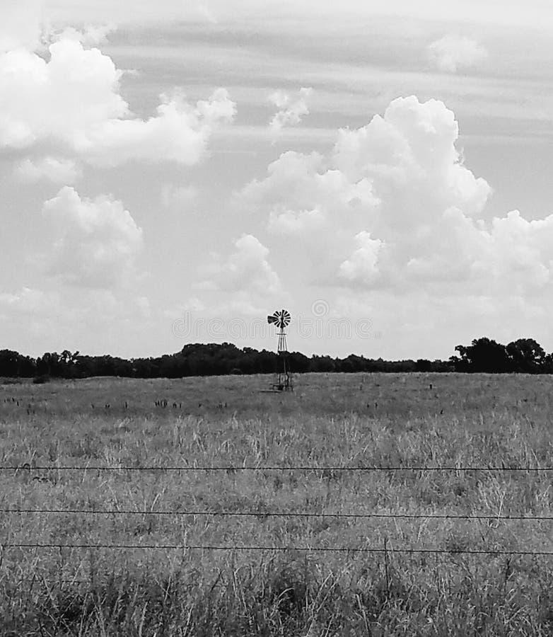 在大草原的风车 免版税库存照片