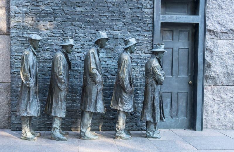 在大萧条#2期间,排队古铜色雕象的人得到食物 库存图片
