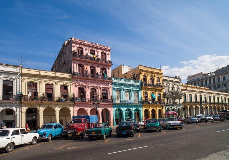 在大街上的加勒比古巴哈瓦那大厦 库存照片