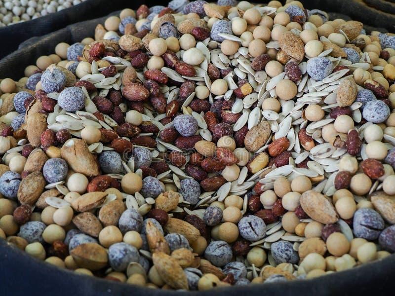 在大袋卖的坚果 仁、杏仁、花生、鸡豆、坚果和其他生了酒垢的曲奇饼 免版税库存照片