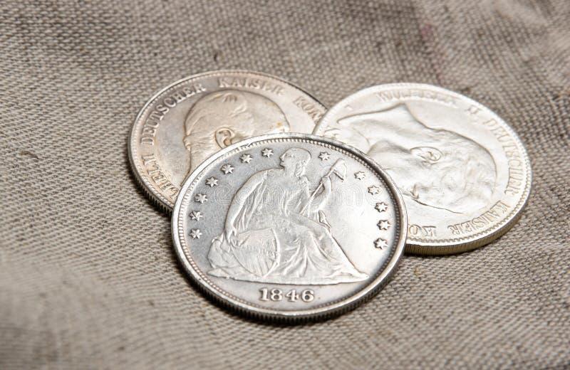 在大袋的银币 库存照片