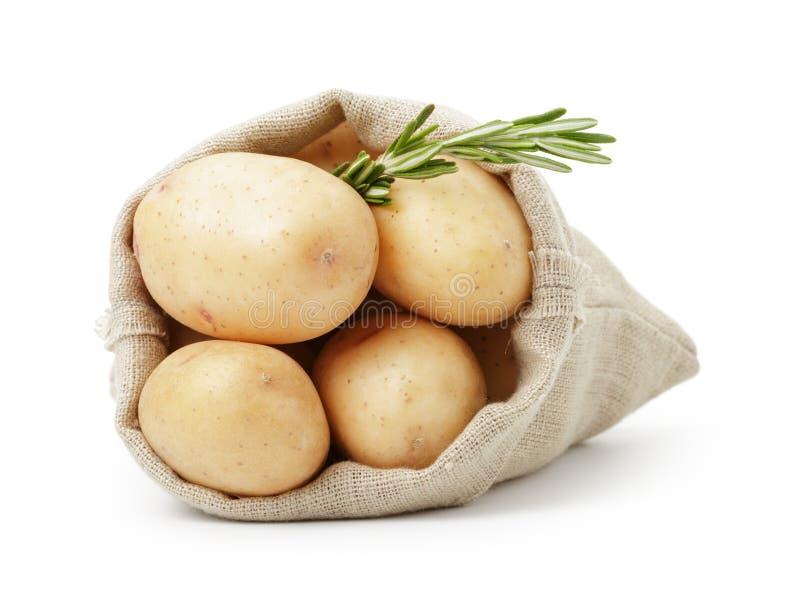 在大袋袋子的新鲜的年轻土豆用迷迭香 库存图片