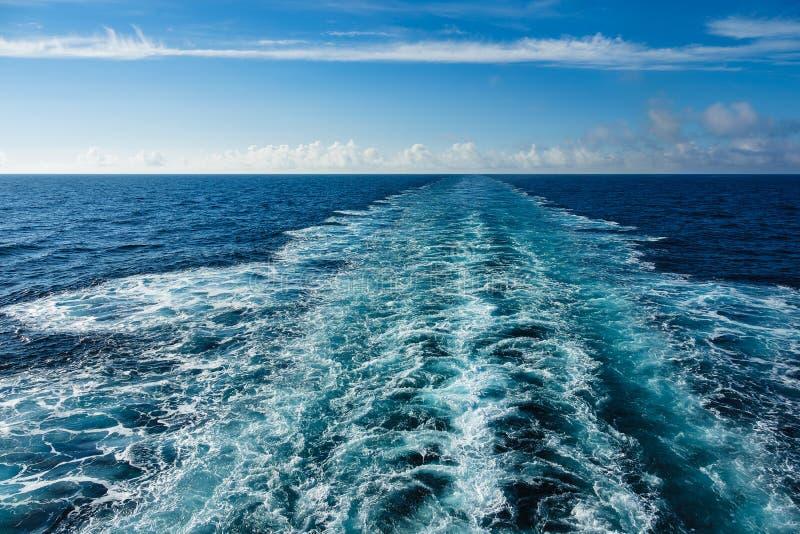 在大西洋和蓝天的回流 库存图片