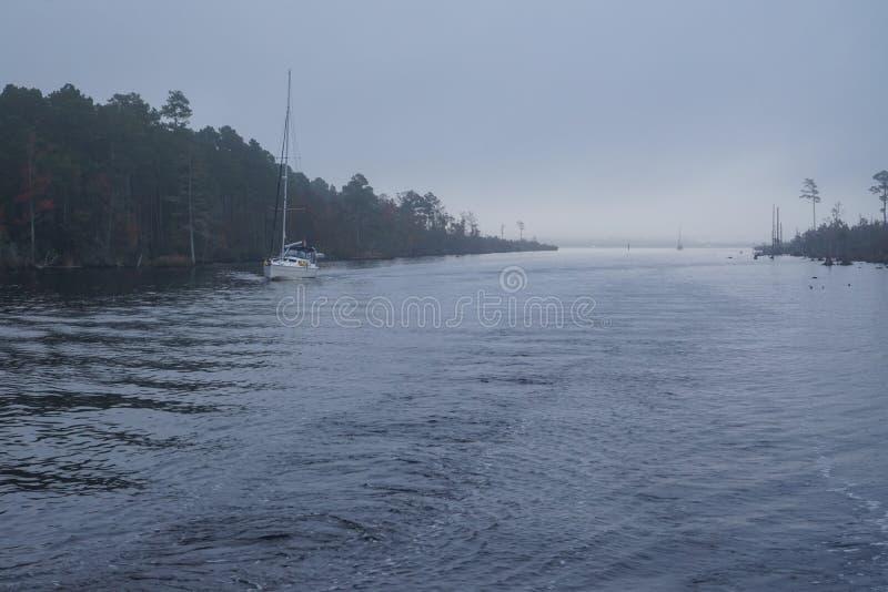 在大西洋沿海运河的雾 免版税库存图片