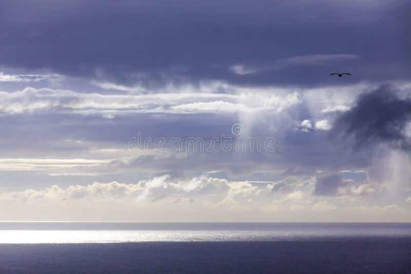 在大西洋海岸的剧烈的天空在圣地米格尔海岛,亚速尔,葡萄牙附近 免版税库存图片
