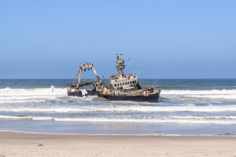 在大西洋海岸的老海难塞拉在斯瓦科普蒙德和亨蒂斯湾之间沿著名最基本的海岸在纳米比亚,非洲 免版税库存照片