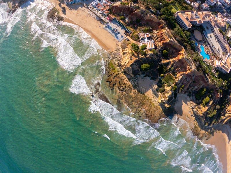 在大西洋海滩和海岸的阿尔加威,葡萄牙鸟瞰图  峭壁的旅馆区域在Praia de Falesia阿尔布费拉 库存照片